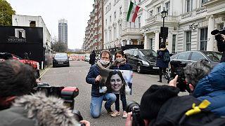 تجمع همسر و دختر نازنین زاغری-رتکلیف مقابل سفارت ایران در لندن