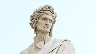 Estatua del poeta Dante Alighieri en Florencia