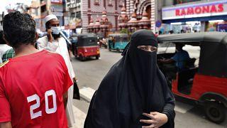 Женщина в парандже на улице Коломбо, март 2021 года