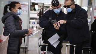 مراقبة الحدود في المطارات من طرف الشرطة الفرنسية