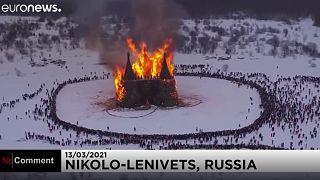 Gigantikus méretű vár ég egy orosz téltemető ünnepen