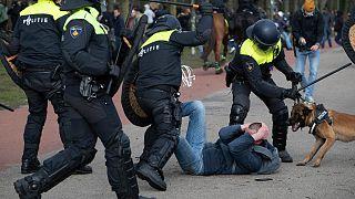 COVID-19: «Ζούμε μια σύγχρονη δικτατορία» υποστηρίζουν διαδηλωτές στη Χάγη