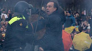 الشرطة الهولندية تفرق متظاهرين يحتجون ضد سياسات الحكومة المتعلقة بالاغلاق. 2021/03/14