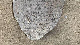 Настенные надписи на руинах одного из сооружений древнего монастыря, обнаруженного в египетской пустыне.