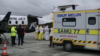 Traslado de enfermos de COVID-19 en el aeropuerto de Orly