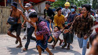 Myanmar'da darbe karşıtı göstericiler