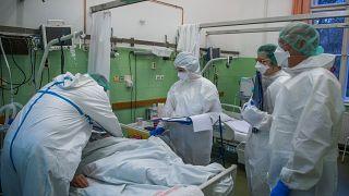 Védőruhába öltözött orvosok a koronavírussal fertőzött betegek fogadására kialakított osztályon a fővárosi Szent János Kórházban 2020. december 15-én