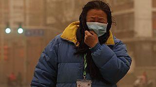 Frau im Sandsturm in China