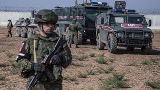 جنود روس وأتراك قرب بلدة الدرباسية السورية.