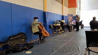 El violonchelista Yo-Yo Ma improvisa un concierto tras vacunarse contra la COVID-19