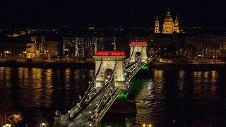 Díszkivilágítás a nemzeti ünnep alkalmából a Lánchídon