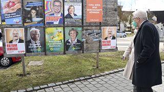 Winfried Kretschmann Baden Württemberg zöldpárti miniszterelnöke a választási plakátokat nézi feleségével