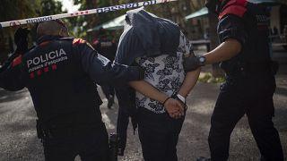 رجال شرطة كتالونيا تلقي القبض على متهم بتهريب واستهلاك مخدرات في برشلونة، إسبانيا.