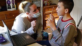 Pandemi döneminde eğitim gören otistik bir çocuk ve öğretmeni.