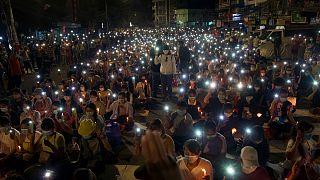 متظاهرون خلال مسيرة ليلية على ضوء الشموع في مدينة يانغون، ميانمار يوم الأحد.