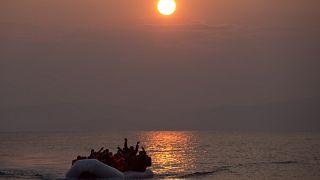 20 marzo 2016,  migranti su un gommone arrivano sulla riva dell'isola greca nord-orientale di Lesbo, dopo aver attraversato il Mar Egeo