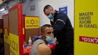 İsrail'de aşı olanlar