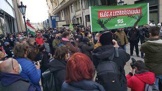 """""""Elég a lezárásokból"""": a Parlament elé vonult a MI Hazánk Mozgalom"""