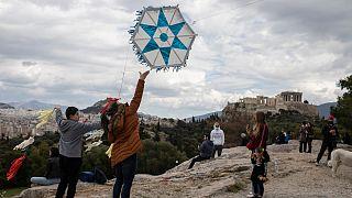 Gregos fazem voar papagaios de papel numa celebração nacional