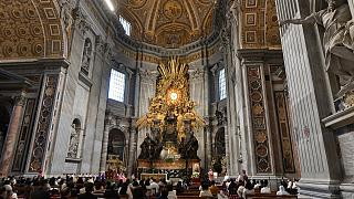 في رد على سؤال حول إمكانية مباركة الكنيسة الكاثوليكية لزواج المثليين، أصدر الفاتيكان مرسوماً الإثنين يقضي بعدم جواز ذلك.