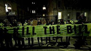 İngiltere'nin başkenti Londra'da kadına şiddet ve polis şiddeti protesto edildi
