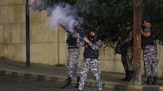 قوات الأمن الأردنية تفرق احتجاجا في عمان ضد الإجراءات التي فرضتها السلطات للحد من انتشار فيروس كورونا.