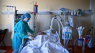 وحدة العناية المركزة للمرضى المصابين بكوفيد-19 في المركز الصحي أوروبا بالقرب من باريس.