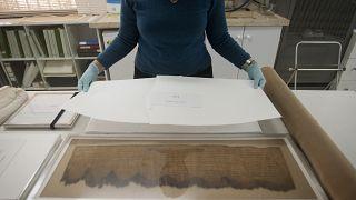 خبيرة آثار تعمل على تركيب مخطوطات البحر الميت في المتحف الإسرائيلي في مدينة القدس.