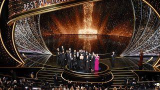 Az Élősködők című dél-koreai alkotás stábja átveszi a legjobb filmnek járó elismerést a 92. Oscar-gálán a hollywoodi Dolby Színházban 2020. február 9-én