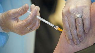 Un paciente recibe la vacuna de AstraZeneca en Roma.
