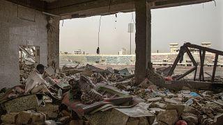 """مهاجرون إثيوبيون في """"ملعب 22 مايو لكرة القدم"""" الذي دمرته الحرب في عدن، اليمن."""