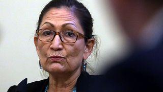 Deb Haaland indián származású kongresszusi képviselő a Capitoliumban, 2020 júliusában