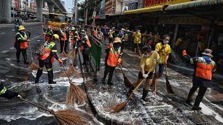 شاهد: عمال النظافة يقومون بتطهير سوق في بانكوك بعد تسجيل إصابات بكورونا