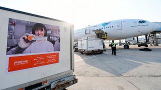 لقاح فيروس كورونا الصيني في انتظار تحميله على متن طائرة إندونيسية في مطار بكين الدولي، الصين.