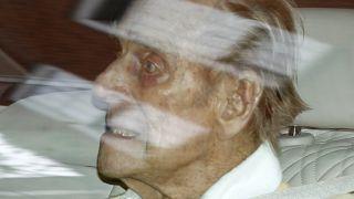 Edinburgh Dükü Prens Philip hastaneden ayrılırken