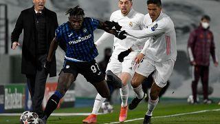 Reals Varane (weißes Hemd) gegen Bergamos Zapata.