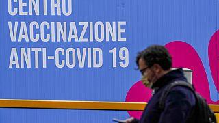 Vor einem Impfzentrum in Rom - Italien hat AstraZeneca ebenfalls ausgesetzt