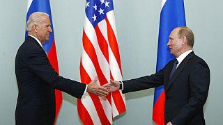 Rusya Devlet Başkanı Vladimir Putin Başkan Yardımcısı Joe Biden ile el sıkışırken (2011)