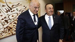 Ο υπουργός Εξωτερικών της Ελλάδας Νίκος Δένδιας συνομιλεί με τον Τούρκο ομόλογό του Μεβλούτ Τσαβούσογλου
