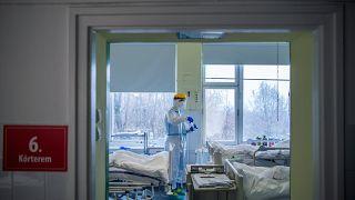 Védőfelszerelést viselő orvos az Országos Korányi Pulmonológiai Intézet koronavírussal fertőzött betegek fogadására kialakított intenzív osztályán 2020. december 11-én