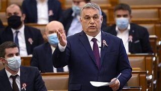 Orbán Viktor miniszterelnök azonnali kérdésre válaszol az Országgyűlés plenáris ülésén 2021. március 16-án. Balra Kocsis Máté, a Fidesz frakcióvezetője.