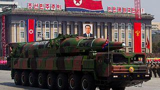Kuzey Kore, geliştirdiği bir balistik füzeyi, askeri geçit töreninde sergiledi (arşiv)