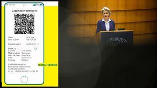 Una muestra de a qué podría parecerse el certificado, junto a la presidenta de la Comisión Úrsula von der Leyen