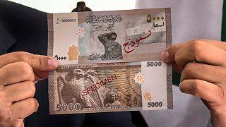 المصرف المركزي في سوريا يطرح ورقة نقدية جديدة من فئة 5 آلاف ليرة وسط أسوأ أزمة اقتصادية ومعيشية تواجهها البلاد منذ بدء الأزمة قبل نحو 10 أعوام