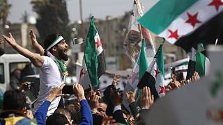 Ezrek tüntettek Idlib utcáin