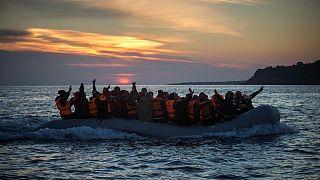 Botla Yunanistan'ın Midilli adasına yaklaşan bir göçmen kafilesi (arşiv)