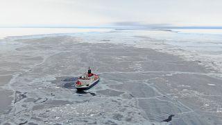 """Die """"Polarstern"""" zwischen Brunt-Eisschild und dem Eisberg A47"""