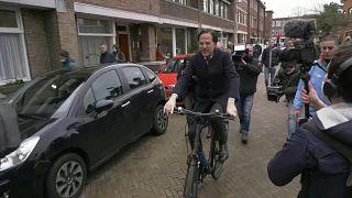رئيس الوزراء الهولندي على دراجته الهوائية قرب مركز الاقتراع