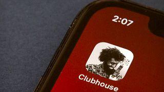 أيقونة تطبيق كلوبهاوس على شاشة هاتف ذكي في بيكين. 2021/02/09