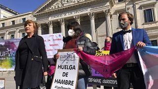 "Активисты федерации ""Платформа транс"" перед зданием парламента в Мадриде, март 2021 года"